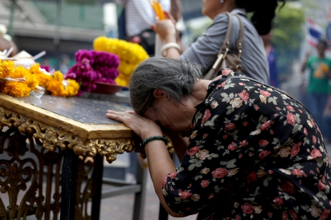 An old lady was praying at Erawan Shrine in Bangkok, where deadly bomb blast took place on August 17. (© Lee Yu Kyung)