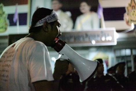 """지난 6월24일 '네오민주주의운동' 학생들은 방콕 파툼완 경찰서 앞에서 """"침묵하지 않겠다""""고 외치며 밤늦게까지 시위를 벌였다. 소환 대상이던 14명의 학생들은 언론에 의해 연행 장면이 생생히 보도되는 상황까지 염두에 두었지만 경찰은 카메라를 의식해 학생들을 연행하지 않았다. (© Lee Yu Kyung 2015)"""