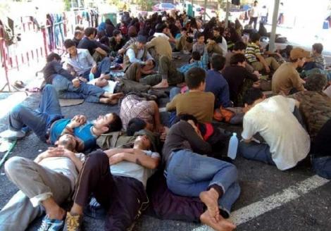 2014년 3월 다양한 국경에서 잡혀온 위구르인들이 타이의 한 이민성에 모여 있다. 지난 5년간 동남아시아의 국경을 거쳐 탈출하는 위구르족이 늘고 있다. 출처 불명
