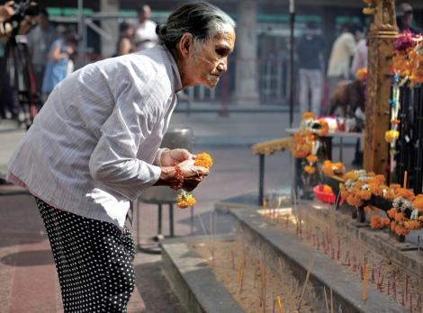 8월17일 방콕 중심가 라차프라송 구역의 에라완 사원에서 터진 폭탄은 20여 명의 인명을 앗아가고 120명 이상의 부상자를 낳았다. 중국계 버마(미얀마)인 지궈리안이 에라완 사원에서 기도와 헌화를 하고 있다 (© Lee Yu Kyung)