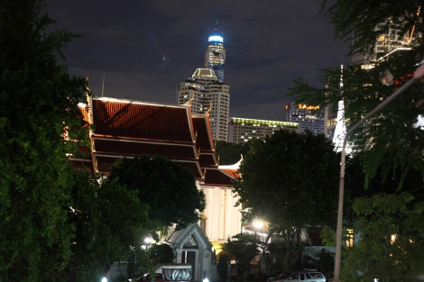 Wat Pathumwan, some 500 meters to the west from the deadly blast on August 17, is another sacred place where violence was not spared in May 2010. Army snipers then shot at Red Shirts protesters who took refugees in the temple, killing 6 of them. (© Lee Yu Kyung)