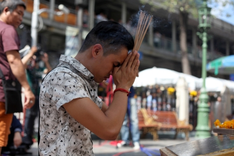 Erawan Shrine has been reopened on August 19, 2 days after bomb blast which killed more than 20. People including many tourists have come to shrine to pray respect for the victims. (© Lee Yu Kyung)