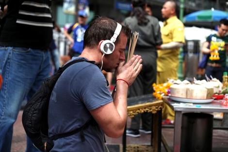 A foreigner pray at Erawan Shrine, where bomb was placed to blast on August 17 killing more than 20. (© Lee Yu Kyung)