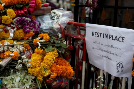 Never mind the spelling. It certainly meant what it shou'd have. 'Rest In Peace' with flowers. (© Lee Yu Kyung)