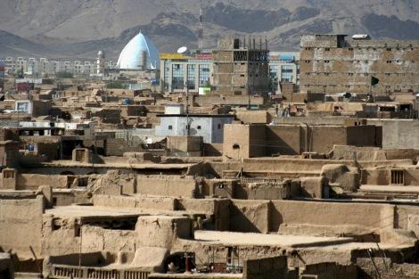 칸다하르 풍경. 하얀 돔은 칸다하르 최대 모스크 이드가르.  최근 공식 사망한 것으로 확인된 탈레반 지도자 물라 오마르는 탈레반 집권 기인 1996~2001년 수도 카불이 아닌 이곳 칸다하르에 머물렀다. 탈레반이 지었다는 이 지역 최대의 모스크 '이드가르'에서 매주 금요일 오마르의 설교가 이어지기도 했다. (© Lee Yu Kyung)