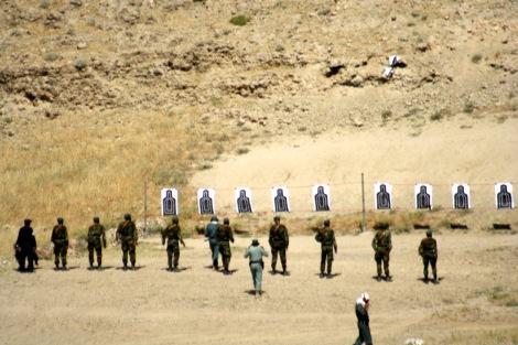 아프간 동부 낭가르 하르 지방에서 아프간 보안군 후보생들이 외국 교관으로부터 트레이닝 받는 모습. (2007년) 지난 해 12월 아프간 주둔 외국 군대가 대부분 철수하면서 아프간 군은 올해부터 대 탈레반 전투를 단독으로 벌였다. (© Lee Yu Kyung)