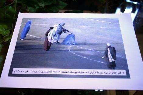 90년대 후반 탈레반 집권기 공개 처형 등 샤리아 법에 따라 엄격하게 통치했던 이슬람 극단주의 정권 탈레반이 한 여성을 공개 처형하는 장면. 아프간 여성혁명위원회 (RAWA) 활동가들이 몰래 촬영한 사진이다. 당시 탈레반 정권은 오늘날 IS가 세상에 던지는 충격파를 던졌다. 외부와 철저히 차단된 아프간 시민들의 탈레반 폭정에 시달렸고, 특히 여성에 대한 억압은 9.11 이후 미동맹군의 아프간 침공에 명분이 됐다. (© Lee Yu Kyung)
