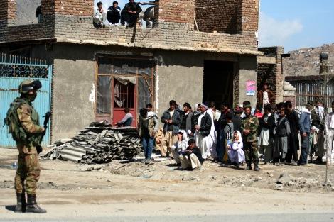 2007년 카불 시내 폭탄 현장에 출동한 국제치안보조군 (ISAF). 한때 10만 규모를 넘어서던 나토동맹군은 지난 해 (2014) 12월 대부분 철수했다. 올 상반기는 아프간 군 단독으로 대 탈레반 작전을 벌인 첫 해다.  8월 5일 발표된 유엔보고서는 민간인 희생자 수치가 2009년 이래 최고치를 기록했다고 발표했다. (© Lee Yu Kyung)