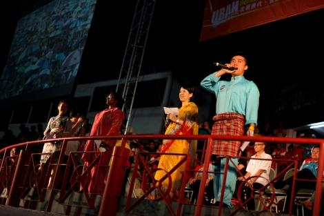 2013년 5월 총선이후 개최된 한 집회장에서 인도(타밀)계, 중국계, 말레이계 등 세 인종의 사회자들이 공동 사회를 맡고 있다. 다민족 국가 말레이시아는 인종 화합을 도모하려는 시민사회의 부단한 노력에도 불구하고 여전한 인종정치가 잠재적 갈등 변수로 남아있다 (© Lee Yu Kyung)