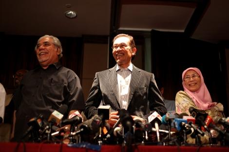 2013년 총선 직후 기자회견장에 모습을 드러낸 말레이시아 야당정치인 안와르 이브라힘 (가운데). 90년대 말 부총리였던 안와르는 당시 총리였던 마하티르와 관계가 틀어지면서 동성애 혐의로 거듭 기소됐고 정치개혁운동의 상징이 됐다. 2006년 안와르 패밀리와 그의 측근이 창당한 인민정의당 (PKR)의 당수는 그의 아내(오른쪽)인 완 아지자이고 그의 딸 누룰 이자가 당의 부대표로 있다. 말레이시아 신 야권연대 '희망연대'는 지난 달 22일 출범을 알리는 기자회견을 하면서 아무런 정책적 노선이나 설명도 없이 안와르 차기 총리만을 못박았다. 보스정치의 폐해가 야권에서도 반복됐다는 비판이 거세다. (