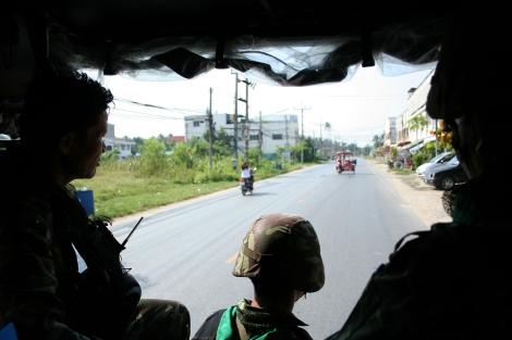 타이 최남단 3개 분쟁 지역중 하나인 파타니에서 동북부 이싼(Isan) 출신 사병이 순찰을 돌고 있다. 국내치안작전사령부(ISOC)이 최근 밝힌 바에 따르면 타이 남부에는 정규군, 민병대, 경찰 등 8만3천명 이상의 보안병력이 배치되어 있다. 이중 징집된 사병들은 반군정 성향이 강한 동북부 이싼 지방 출신이 많다. (© Lee Yu Kyung)