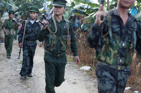 카친독립군(KIA)은 옥광산의 본거지를 거의 다 내주고 작은 광산을 운영하곤 있지만 중국으로 밀수되는 '물건'들에 세금을 매겨 큰 소득을 얻고 있다. '독립운동자금'이라 부르든 내전자금이라 부르든 옥광산은 카친주 분쟁의 큰 자산이다. 더 나아가 자원 쟁탈전은 이 지역 분쟁의 핵심 요소다. (© Lee Yu Kyung)