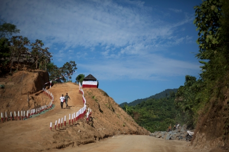 카친주는 자원의 보고다. 옥은 물론 금광 채굴도 활발하다. 사진은 반군 수도 라이자에 위치한 아라칸군(Arakan Army) 캠프 한켠에서 중국계 기업이 금광채굴작업 중이다 (© Lee Yu Kyung)