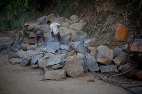 카친 반군 수도 라이자에 위치한 아라칸군(Arakan Army) 캠프 한켠에서 중국계 기업이 금광채굴작업 중이다 (© Lee Yu Kyung)