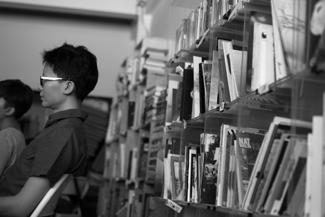 Books just behind you, reachable (© Lee Yu Kyung)