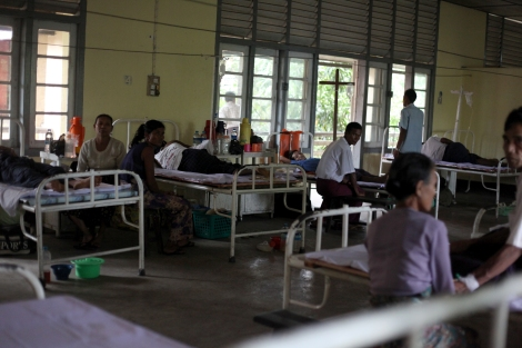 버마 서부 아라칸 주 '시뜨웨 종합병원' 모습. 시뜨웨 시내의 유일한 병원이다. 그러나 무슬림들은 사실상 이 병원을 이용하지 못한다. 치료를 거부하는 의사도 있다. 지난 4월 19일 보트사고직후 병원으로 실려왔던 부상자 (캄만 무슬림)들은 병원에 오래 머물지 못한 채 외곽 로힝야 피난민 게토로 보내졌다. (© Lee Yu Kyung)