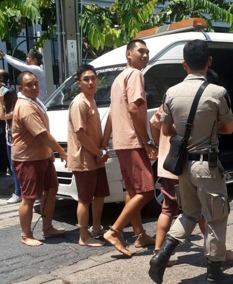 지난 4월 27일 이른 아침 곳곳에서 동시다발로 체포된 10명 중 8명에게 선동죄가 적용됐다. 그 8명 중 2명은 왕실 모독법 위반까지 겹쳤다. 페이스북 포스팅과 댓글로 잡혀간 이들은 '페이스북유저8'이라 부른다. 5월 10일 군사법원으로 호송되고 있다. (© Sa-nguan Khumrungroj)