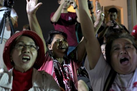 지난 5월 22일 쿠테타 2주년을 기념하여 방콕 민주탑에서 치뤄진 시위는 신민주주의운동(New Democracy Movement, NDM) 학생들이 주최했지만 중장년층의 참여가 두드러졌다. 앞치마를 두른 여성 (가운데)은 근처 노점상이다. 2014년 쿠테타 이후 2년간 군사독재체제가 공고히 되고 있는 가운데 알려진 것만 200명이 망명길에 올랐고 군정의 고소고발이 남발하면서 표현의 자유는 크게 위축되고 있다. (© Lee Yu Kyung)