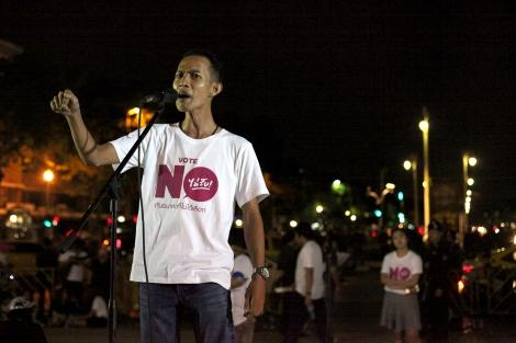 지난 5월 22일 쿠테타 2주년을 기념하여 방콕 민주탑에서 치뤄진 시위에서 신민주주의운동(New Democracy Movement, NDM) 소속 학생운동가들이 연설중이다. 시위는 전례없이 허용됐고 학생들이 주최했지만 중장년층의 참여가 두드러졌다. 2014년 쿠테타 이후 2년간 군사독재체제가 공고히 되고 있는 가운데 알려진 것만 200명이 망명길에 올랐고 군정의 고소고발이 남발하면서 표현의 자유는 크게 위축되고 있다. (© Lee Yu Kyung)