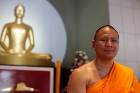 프라 파수라 단타마노(Phra Pasura Dantamano) 승려는 담마까야 사원 국제관계국의 책임자로 외국언론을 담당하고 있다. 그는 담마차요 주지승의 돈세탁 부정헌금 수령에 대한 모든 혐의를 부인했다. (© Lee Yu Kyung)