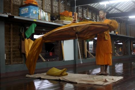 """담마까야 사원에서 4년째 공부하고 있는 누비스 타나콘 마군따 (16)가 정글승려(forest monks)들이 사용하던 '끌롯' (산속에서 쉽게 펴고 접을 수 있는 """"텐트숙소"""")을 시범으로 보이고 있다. 1970년 비구니와 그의 추종자들에 의해 창시된 담마까야 사원의 시작은 도심에서 멀지 않은 곳에 위치한 '정글사원'(forest temple)이었다. (© Lee Yu Kyung)"""