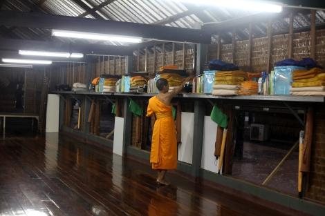 담마까야 사원에는 약 300명의 누비스 승려가 있다. 20명이 함께 머무는 기숙사는 깔끔하게 정돈돼 있다. 이 사원의 평균이상 깔끔함과 정돈된 모습은 중산층 신도들을 많이 흡수했다는 분석이다. (© Lee Yu Kyung)