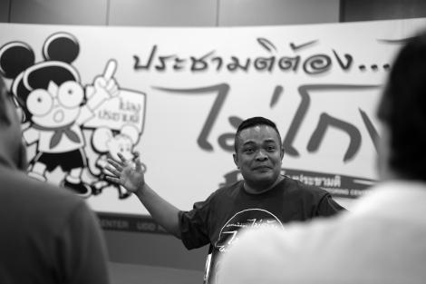 자투폰 프롬판 (Jatuporn Promphan)은 레드셔츠 내 주류 정파인 반독재민주연합(UDD)의 지도자다. 그는 담마까야 사원이 6백만 이상의 독실한 신도를 보유한 거대 종교체이며 신념이 연루된 사안은 조심스럽게 다뤄야 한다고 강조한다. 그는 담마까야와 레드셔츠 모두 군정 치하에서 탄압의 대상이 되고 있다는 시각을 우회적으로 보여왔다 (© Lee Yu Kyung)