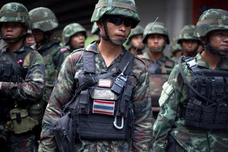 2년전 쿠테타 직후 쿠테타를 반대하는 시민들의 시위가 이어지자 군인들이 거리에 배치됐다. 시위는 일주일 내외 이어지다 유혈충돌을 우려하며 사그라들었고 그날 이후 지난 2년간 타이사회는 군사독재국가체제를 점점 더 공고히 해가고 있다. (© Lee Yu Kyung)