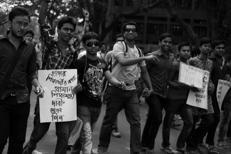 7월 1일 방글라데시 테러에 중상층 출신 고등교육을 받은 이들이 가담한 것으로 밝혀지면서 방글라데시 안팎으로 충격을 줬다. 그러나 방글라데시 이슬람 극단주의 단체들이 대학가를 파고든건 오래다. 히즈붓 타흐리르 방글라데시를 비롯 이미 2000년대부터 이런 현상은 뚜렷했다고 전문가들은 말한다. / 사진은 2014년 4월 방글라데시 다카의 대학생들이 정부가 사립학교 등록금에 대해 부가세(VAT)를 물리려 하자 항의 시위를 하는 모습 (© Lee Yu Kyung)
